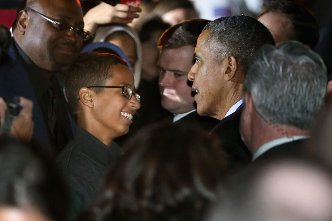 U.S. President Barack Obama (2nd R) talks with 14-year-old Ahmed Mohamed (C) during the second Astronomy Night on the South Lawn of the White House October 19, 2015 in Washington, DC.