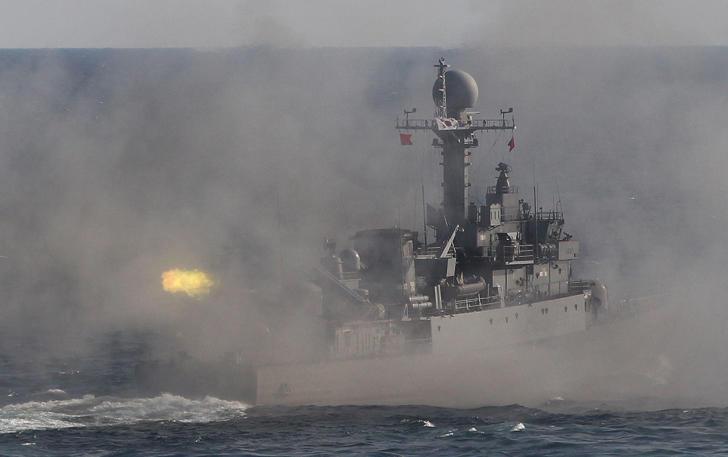 A Corea del Sur incendios barco de patrulla marina durante un día los medios de comunicación para una revisión de la flota naval frente a Corea del Sur & # 39; s costa sureste cerca de Busan, Corea del Sur, Sábado, 17 de octubre 2015.
