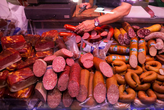 Διαφάνεια 1 από 18: <p>Last year, a World Health Organization (WHO) report revealed that eating processed meat can lead to bowel cancer, while red meats are probably carcinogenic. International Agency for Research on Cancer, WHO's specialized cancer agency, has categorized processed meats like hot dog, sausage and bacon in the same group with tobacco, asbestos and diesel fumes, which are proven carcinogenic agents. Here are some other foods that have the potential to make you very sick or even kill you.</p>