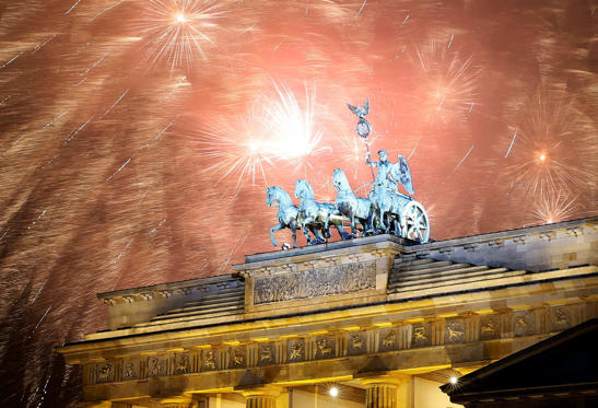 Fireworks explode next to the Quadriga sculpture atop the Brandenburg gate during New Year celebrations in Berlin January 1, 2015. REUTERS/Fabrizio Bensch (GERMANY - Tags: SOCIETY)