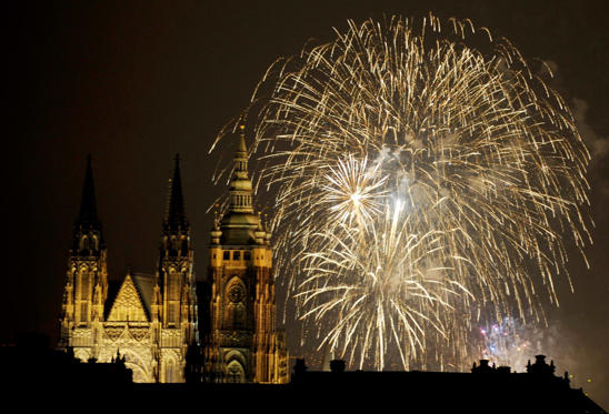 Fireworks explode over the towers of the St. Vitus Cathedral at Prague Castle, January 1, 2009. The Czech Republic took the helm of the European Union on Thursday and tried to allay doubts over its ability to lead with a plan to seek a ceasefire to the worst violence between Israel and Palestinians in decades. REUTERS/Petr Josek (CZECH REPUBLIC)