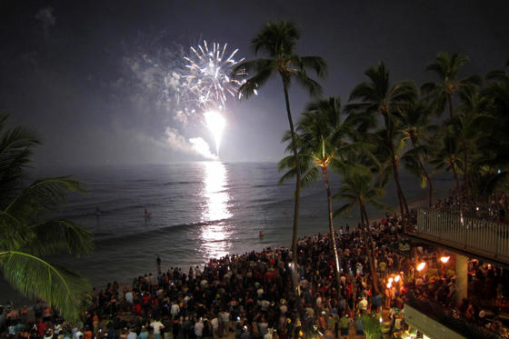 Revelers pack Waikiki Beach to watch a fireworks display during New Year celebrations in Hawaii January 1, 2011. REUTERS/Kevin Lamarque (UNITED STATES - Tags: SOCIETY ANNIVERSARY)