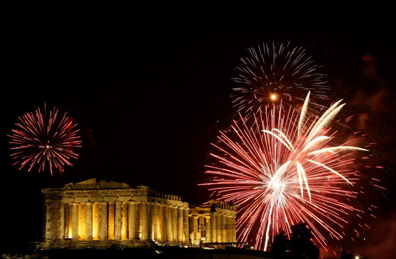 Fireworks explode over the temple of the Parthenon atop the hill of the Acropolis during New Year's day celebrations in Athens January 1, 2009. REUTERS/Yiorgos Karahalis (GREECE)