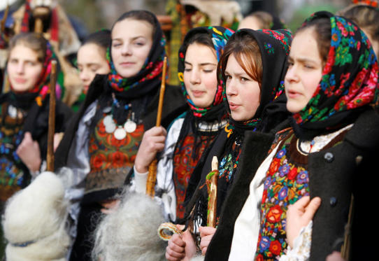Girls wearing traditional costumes sing during rehearsals for New Year's Eve celebrations in Bucharest December 29, 2006. Romania is set to join the E.U. on January 1, 2007, along with its neighbour Bulgaria. REUTERS/Bogdan Cristel (ROMANIA)