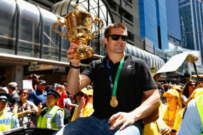 WELLINGTON, NEW ZEALAND - NOVEMBER 06: All Black captain Richie McCaw holds up the Webb Ellis Cup during the New Zealand All Blacks Welcome Home celebration on November 6, 2015 in Wellington, New Zealand. (Photo by Phil Walter/Getty Images)