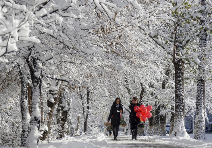 Women walk along a snow-covered alley in Almaty, Kazakhstan, November 16, 2015. REUTERS/Shamil Zhumatov TPX IMAGES OF THE DAY