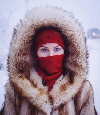 Διαφάνεια 1 από 22: Husky-eyed local girl returning home from university. While the majority of Yakutsk's population are indigenous Yakutian, many ethnic Russians and Ukrainians moved to Yakutsk in soviet times, lured by high wages for working in the harsh climate.