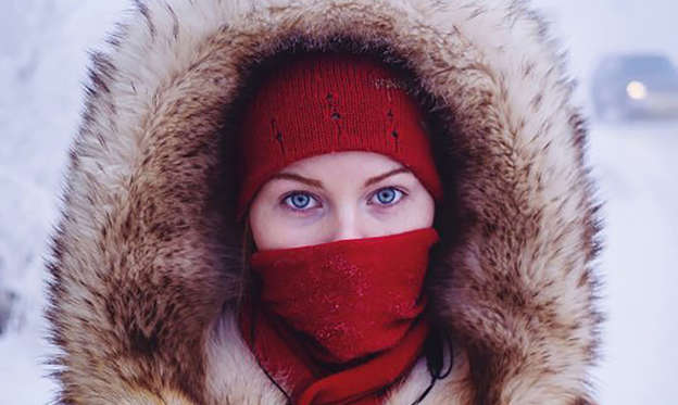 Bild 1 av 22: Husky-eyed local girl returning home from university. While the majority of Yakutsk's population are indigenous Yakutian, many ethnic Russians and Ukrainians moved to Yakutsk in soviet times, lured by high wages for working in the harsh climate.