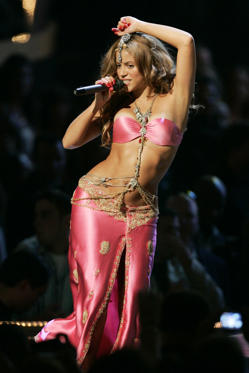 "At the 2006 MTV Video Music Awards, <a href=""http://www.wonderwall.com/music/Shakira-559.celebrity"">Shakira</a> looked like a goddess during her performance of ""Hips Don't Lie"" in a matching pink bandeau top and skirt. She added intrigue with jewels that dripped down her midriff."