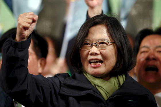 Diapositive 1 sur 34: Democratic Progressive Party (DPP) Chairperson and presidential candidate Tsai Ing-wen shouts slogans as she greets supporters after her election victory at party headquarters in Taipei.