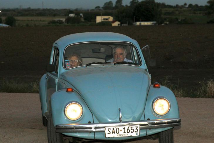 Carmena y Mujica, de paseo en el Volkswagen 'escarabajo' del exmandatario