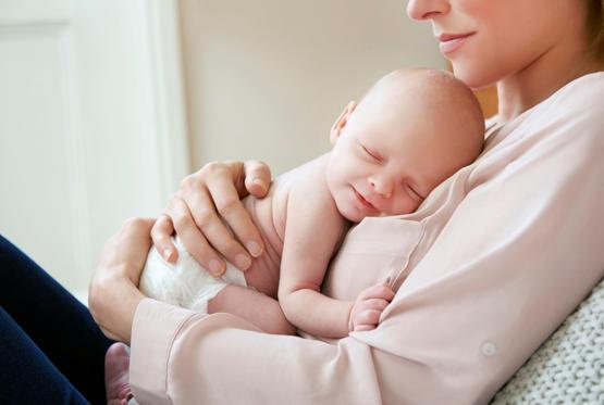 Бебе спи върху гърдите на майка си