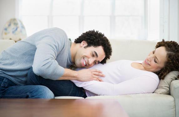 Man слушане на корема бременна съпруга