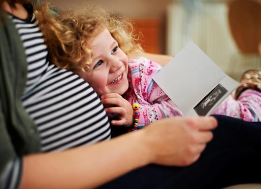 Майка и дъщеря гледа бебе сканиране