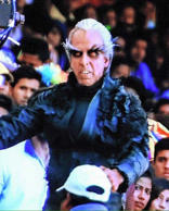 <strong>Bollywood actor Akshay Kumar, who will be seen playing the role of a villain for the first time onscreen in Rajinikanth starrer 2.0, is almost unrecognisable in the crow look pictures that have been doing the rounds on Twitter. (Source: Twitter)</strong>