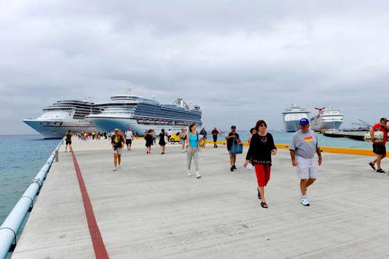 Passengers disembarking Caribbean cruise ship
