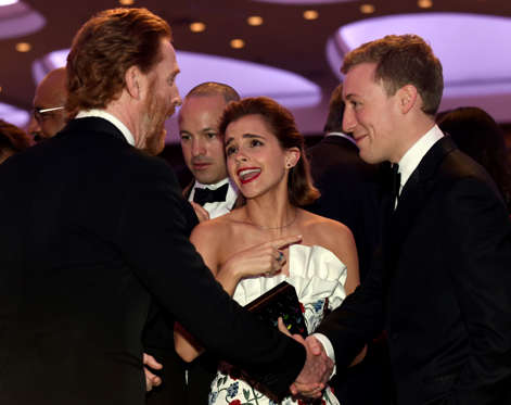 Actress Emma Watson, center, talks with Homeland actor Damian Lewis, left, at the annual White House Correspondents' Association dinner at the Washington Hilton, in Washington, Saturday, April 30, 2016. (AP Photo/Susan Walsh)