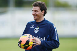 File: Elano looks on during a training session of Gremio at the supplementary field of the Olympic Stadium on June 6, 2013 in Porto Alegre, Brazil.