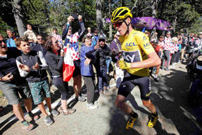 Cycling - The Tour de France cycling race - The 178-km (110.6 miles) Stage 12 from Montpellier to Chalet-Reynard - 14/07/2016 - Yellow jersey leader Team Sky rider Chris Froome of Britain runs on the road after a fall.
