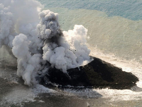 Διαφάνεια 3 από 11: Smoke from an erupting undersea volcano forms a new island off the coast of Nishinoshima, a small uninhabited island, in the southern Ogasawara chain of islands in this November 21, 2013 picture provided by Kyodo. Japan added another small area to its te