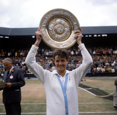 Diapositive 2 sur 31: 8th July 1963:  Margaret Smith the Ladies Wimbledon Champion for 1963 displaying her trophy. She beat Billie Jean Moffitt (Billie Jean King) in straight sets.  (Photo by William Vanderson/Fox Photos/Getty Images)