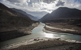 The confluence of the Indus river and the Zanskar river at Sangam on October 4, 2012 near to Leh in Ladakh, India.  (Photo by Daniel Berehulak/Getty Images)