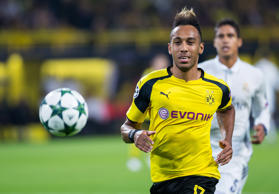 Borussia Dortmunds Torjäger Pierre-Emerick Aubameyang, links, entwischt am 27. September 2016 im Champions-League-Duell mit Real Madrid Raphael Varane, hinten.