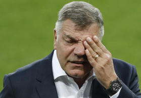 Englands damaliger Nationaltrainer Sam Allardyce inspiziert am 3. September 2016 vor dem Qualifikationsspiel zur WM 2018 gegen die Slowakei das Spielfeld in Trnava.