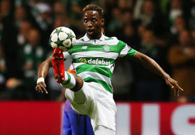 Celtic Glasgows Moussa Dembélé, vorne, kontrolliert die Kugel am 28. September 2...