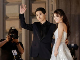 South Korean actress Song Hye-kyo, right, and actor Song Joong-ki pose as they arrive for the Baeksang Arts Awards in Seoul, South Korea, Friday, June 3, 2016. The Baeksang Arts Awards is a major film and arts awards ceremony in the country. (AP Photo/Ah