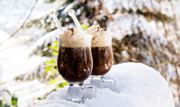幻灯片 12 - 1: Two glasses Pharisee with coffee, rum and cream, in snow