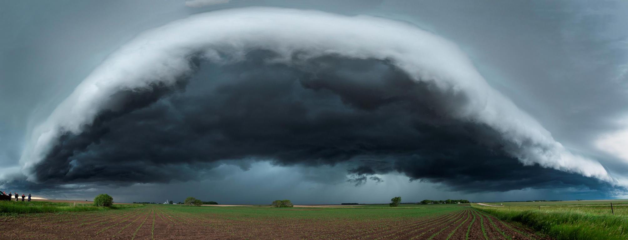 Large thunderstorm shelf cloud races over Minnesota, USA