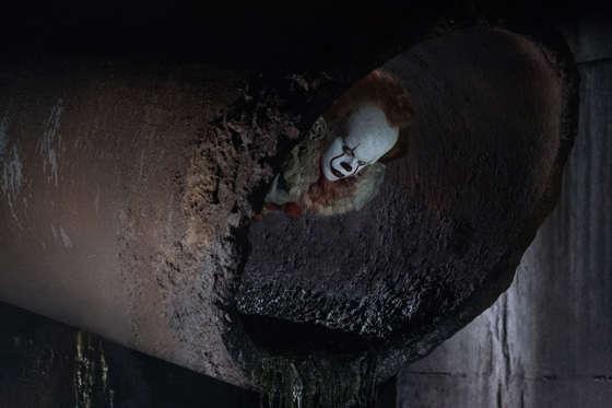 "Slide 12 dari 13: BILL SKARSGÅRD as Pennywise in New Line Cinema's horror thriller ""IT,"" a Warner Bros. Pictures release."