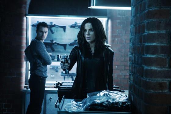 Slide 1 dari 13: Kate Beckinsale and Theo James star in Screen Gems' UNDERWORLD: BLOOD WARS.