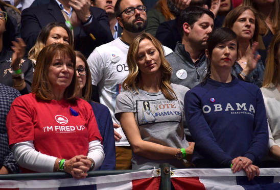 Slide 9 de 13: Supporters listen as US President Barack Obama delivers his farewell address in Chicago, Illinois on January 10, 2017.