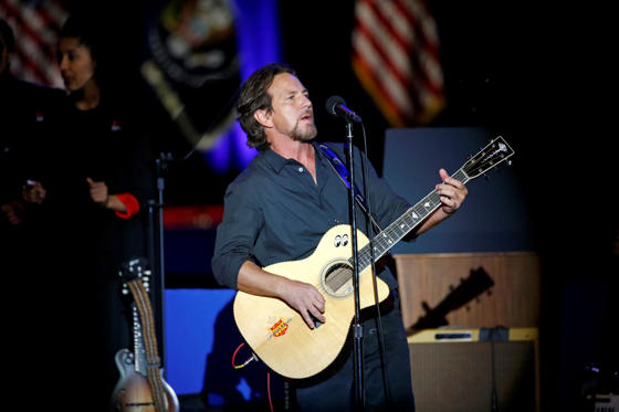 Slide 13 de 13: Singer Eddie Vedder performs before President Barack Obama gives his presidential farewell address at McCormick Place in Chicago, Tuesday, Jan. 10, 2017.