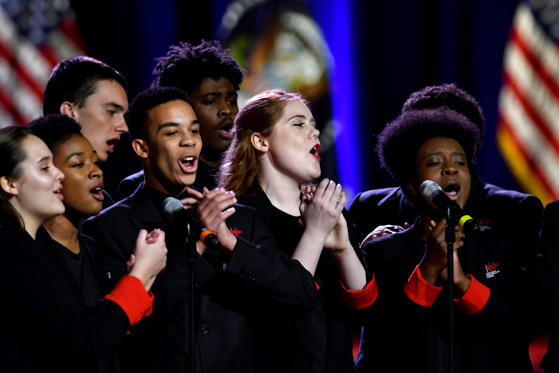 Slide 12 de 13: The Chicago Children's Choir perform before the start of the farewell address by U.S. President Barack Obama, not pictured, in Chicago, Illinois, U.S., on Tuesday, Jan. 10, 2017. Obama will draw an implicit contrast with his successor in his farewell address, acknowledging that despite his historic election eight years ago his vision for the country will exit the White House with him. Photographer: Christopher Dilts/Bloomberg