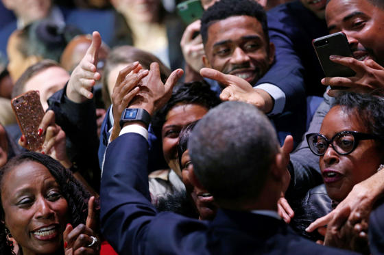 Slide 10 de 13: U.S. President Barack Obama greets people in the audience after his farewell address in Chicago, Illinois, U.S. January 10, 2017.