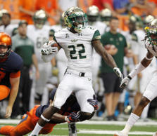 South Florida's Hassan Childs, center, runs in the fourth quarter of an NCAA college football game against Syracuse in Syracuse, N.Y., Saturday, Sept. 17, 2016. South Florida won 45-20.