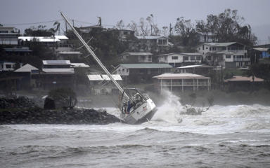 Cyclone Debbie rips off roofs and flings boats in Oz