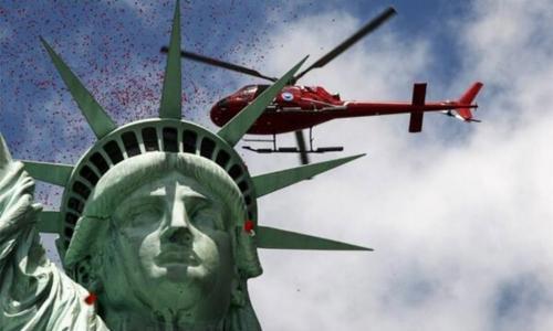 La Estatua de la Libertad recibe una lluvia de rosas para recordar el Día-D