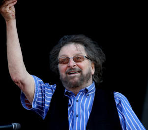 Chas Hodges' family have clarified that his cause of death was pneumonia.