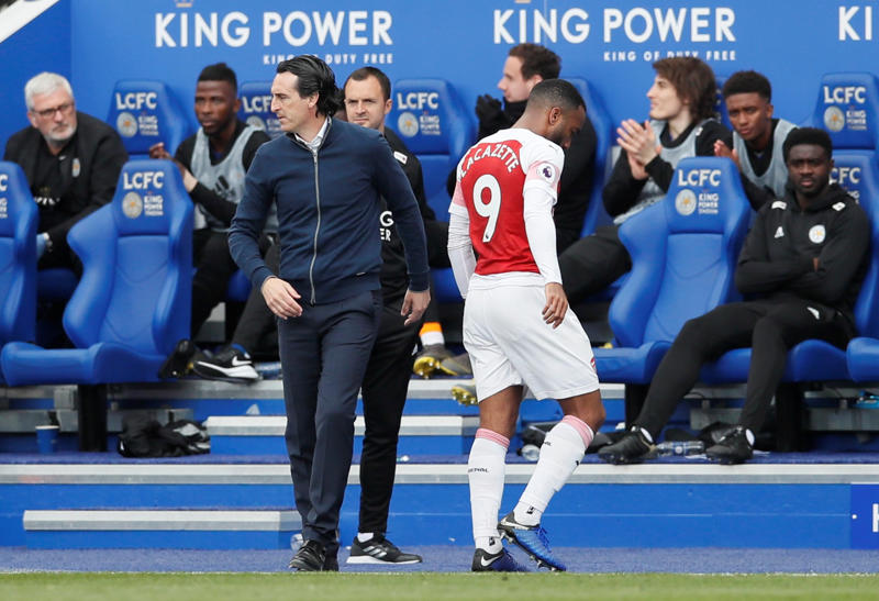 Arsenal's Alexandre Lacazette is substituted off as Arsenal manager Unai Emery looks on.