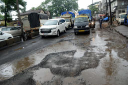 Mumbai: Potholes lead to 2-km-long jam on highway