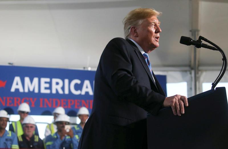 美国总统唐纳德·特朗普在2019年5月14日在美国路易斯安那州哈克伯里市的Cameron液化天然气(液化天然气)出口工厂获得收益。路透社/ Leah Millis