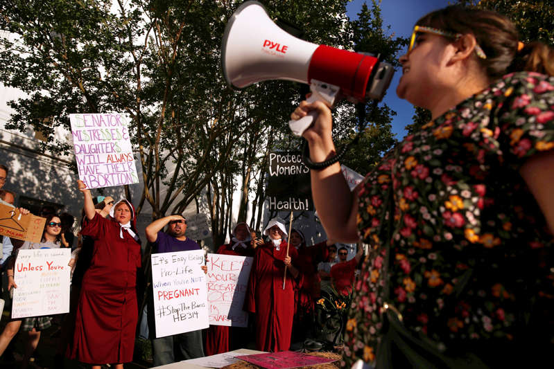 Alabama Lawmakers Vote to Effectively Ban Abortion in the State AABnUzA