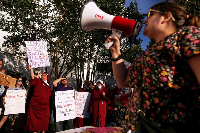 由于阿拉巴马州参议院在美国阿拉巴马州立法机构于2019年5月14日在美国阿拉巴马州的蒙哥马利举行的最严厉的反堕胎法案上投票,支持选择的支持者在阿拉巴马州议会大厦前抗议。
