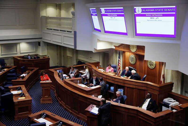 参议员Linda Coleman-Madison(D)和Clyde Chambliss(R)在参议院就2019年5月14日在美国阿拉巴马州蒙哥马利市阿拉巴马州立法机构对美国最严厉的反堕胎法案进行投票时发表讲话。