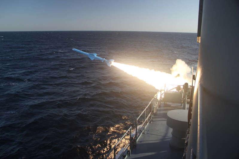 2019年2月23日,伊朗海军办公室提供的一张宣传照片展示了在阿曼湾进行军事演习时发射的伊朗海军导弹。 (照片由 -  / IRANIAN NAVY OFFICE / AFP提供)/ XGTY /限制编辑使用 - 强制性信贷'法新社照片/讲义/伊朗海军' - 没有市场营销没有广告活动 - 分发为客户服务(照片信用应阅读 -  /法新社/盖蒂图片社