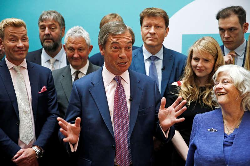 英国脱欧党领袖Nigel Farage和欧洲议会新当选议员出席欧洲议会选举结果后于2019年5月27日在伦敦举行的新闻发布会。路透社/ Henry Nicholls